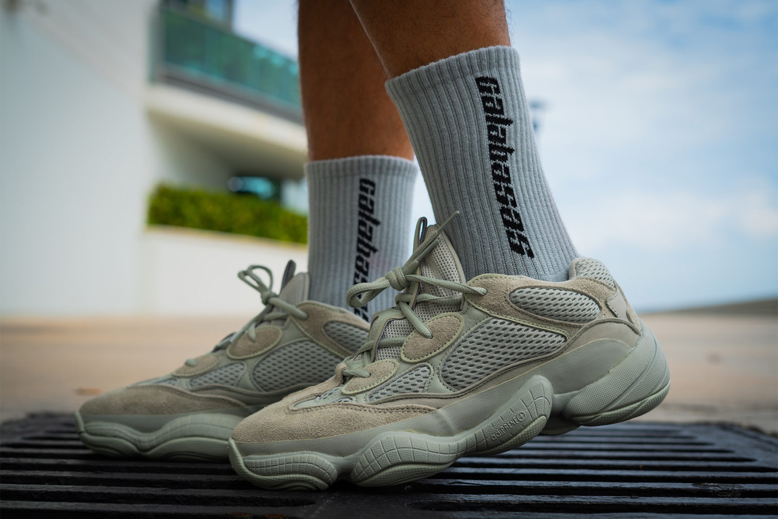 cms cdn.thesolesupplier.co.uk201809https_ 2Fimage2F20182F092Fadidas yeezy 500 salt on foot 1 1600x1067.jpg