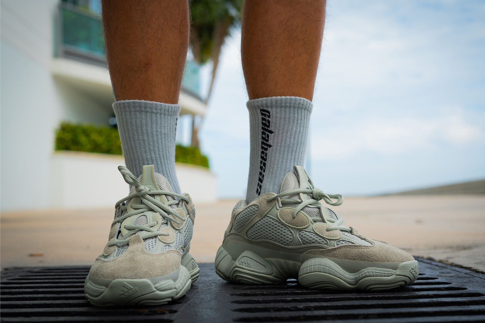 cms cdn.thesolesupplier.co.uk201809https_ 2Fimage2F20182F092Fadidas yeezy 500 salt on foot 2 1600x1067.jpg