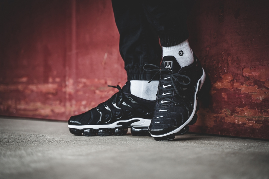 Nike-Air-VaporMax-Plus-Black-White-05.jpg