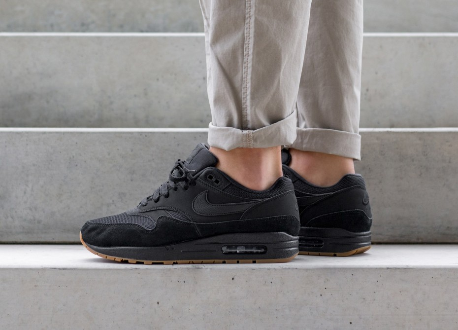nike air max black gum sole