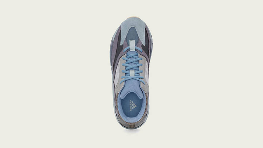 Yeezy 700 CARBLU middle